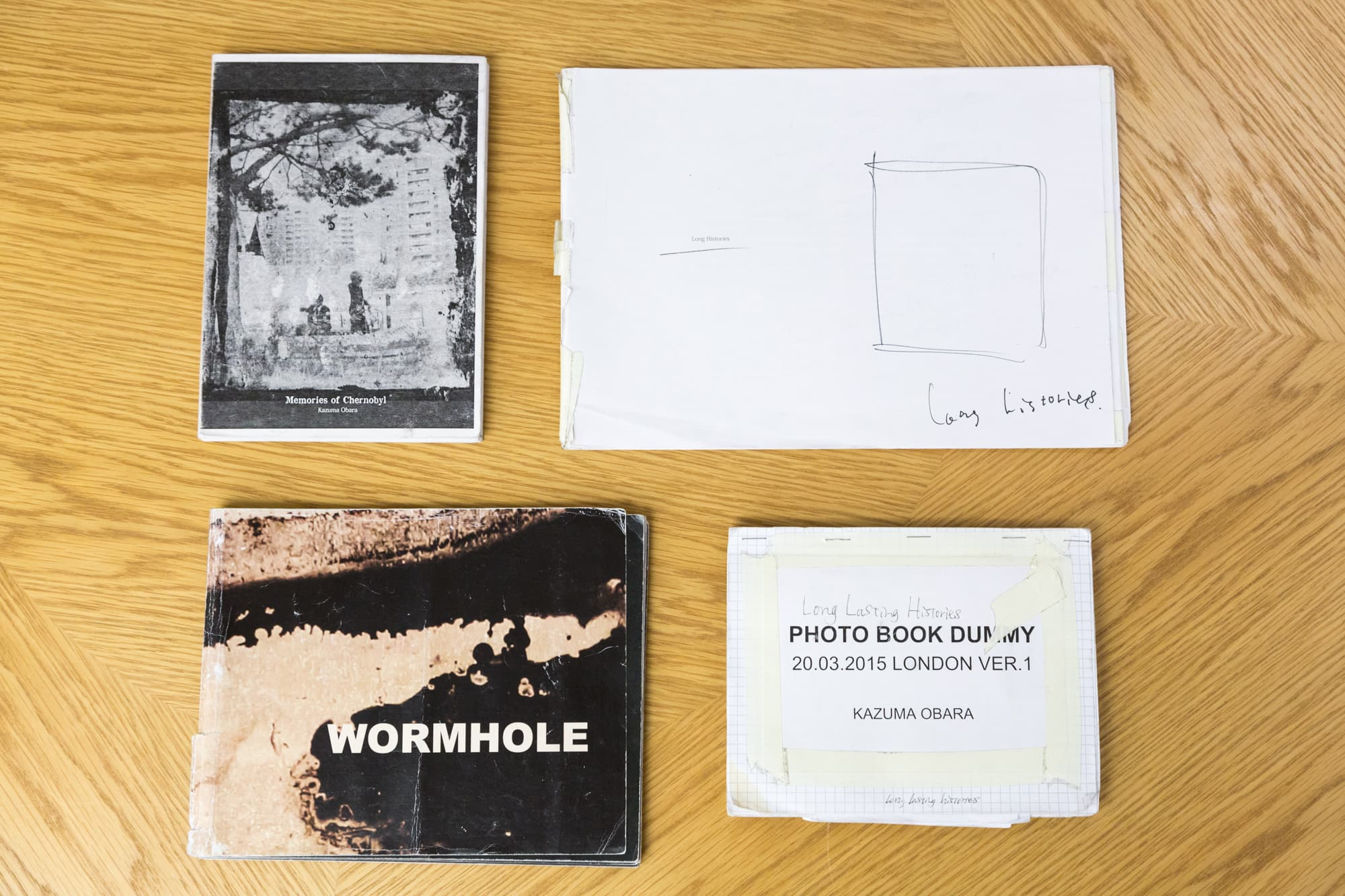 物語を「語る」写真集はいかにして生まれたのか?小原一真の創作の原点を追う【後編】 | 『Exposure』の電車のシリーズを一冊に作るまでのダミーブックの数々。