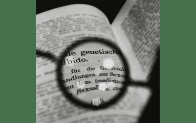 米田知子《フロイトの眼鏡-ユングのテキストを見るⅡ》