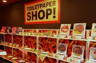 TOILETPAPERのグッズが買えるPOP UPショップも。