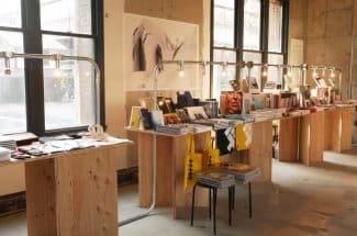 元・新風館には展示のほか、写真集などが買えるコーナーも。
