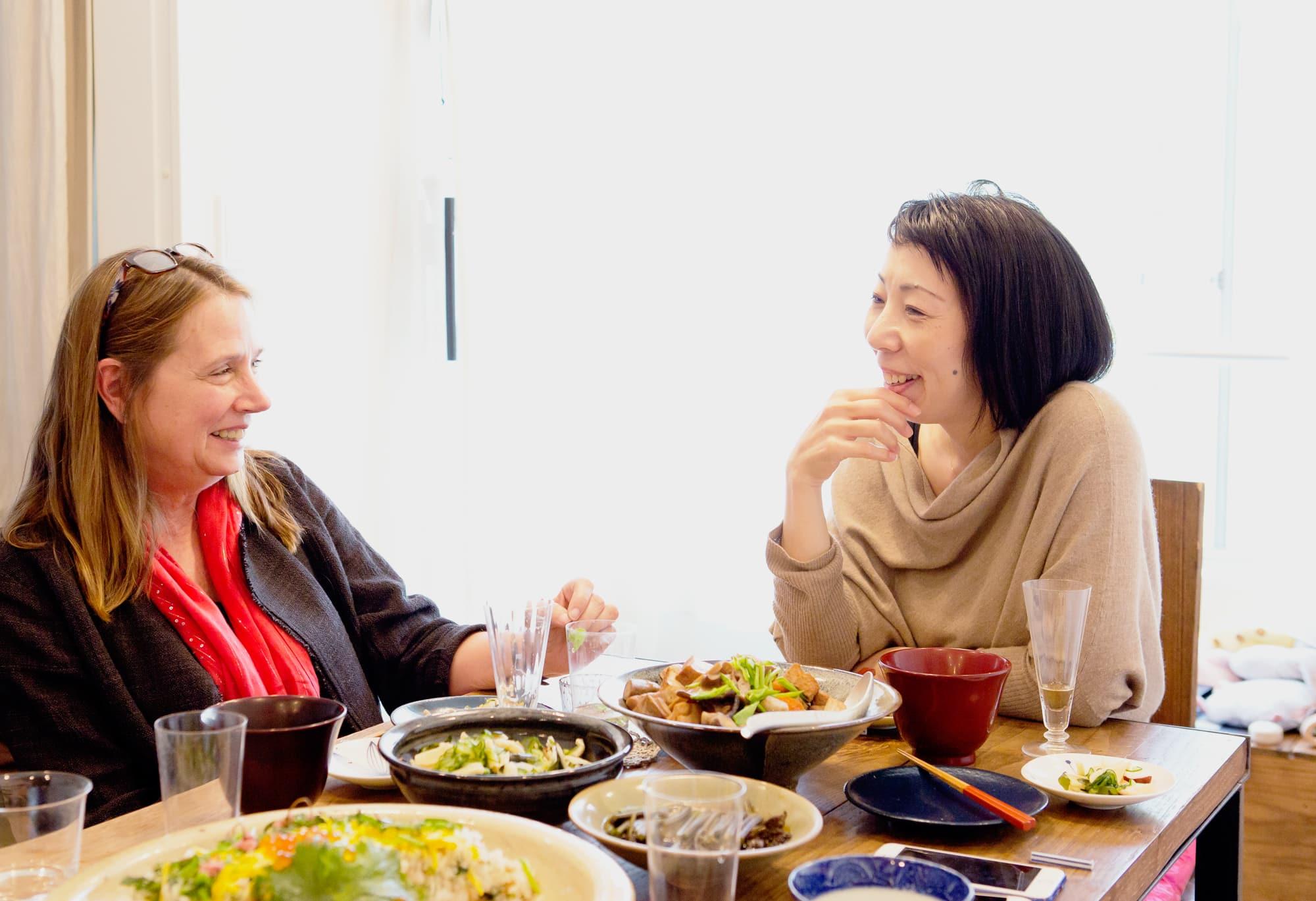 写真家の食卓【前編】川内倫子×テリ・ワイフェンバック | 川内倫子×テリ・ワイフェンバック