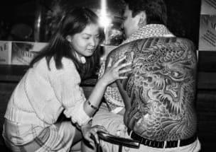 クラブで入れ墨を見て驚く女性(1999年)