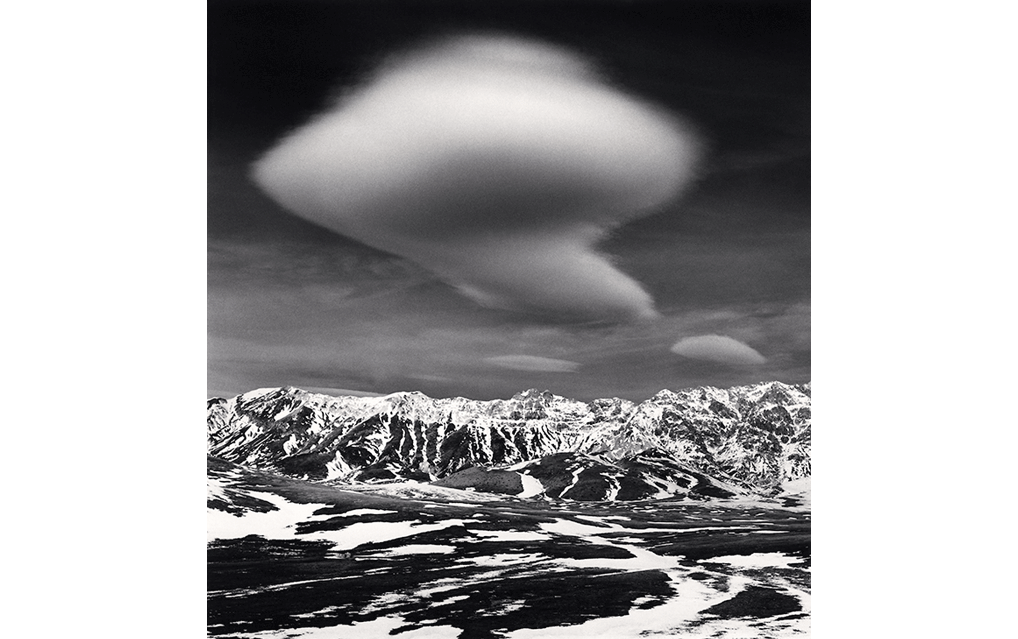 Michael Kenna Curious Cloud, Campo Imperatore, Abruzzo, Italy. 2016 ゼラチン・シルバー・プリント Photo © Michael Kenna/RAM