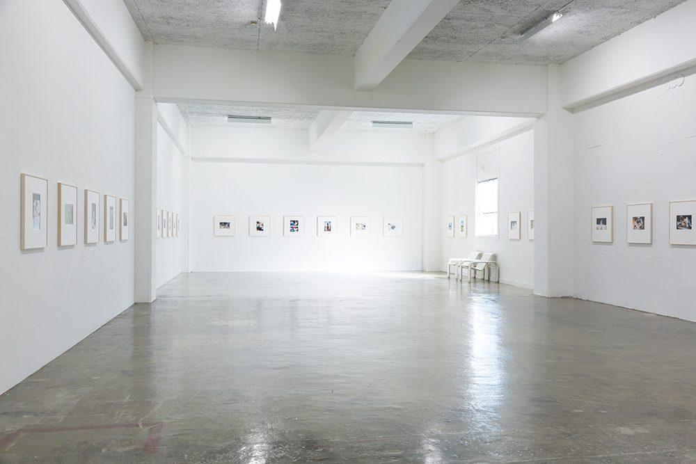 2章の展示スペース。アクリルを入れずに額装された写真が等間隔に並んでいる。