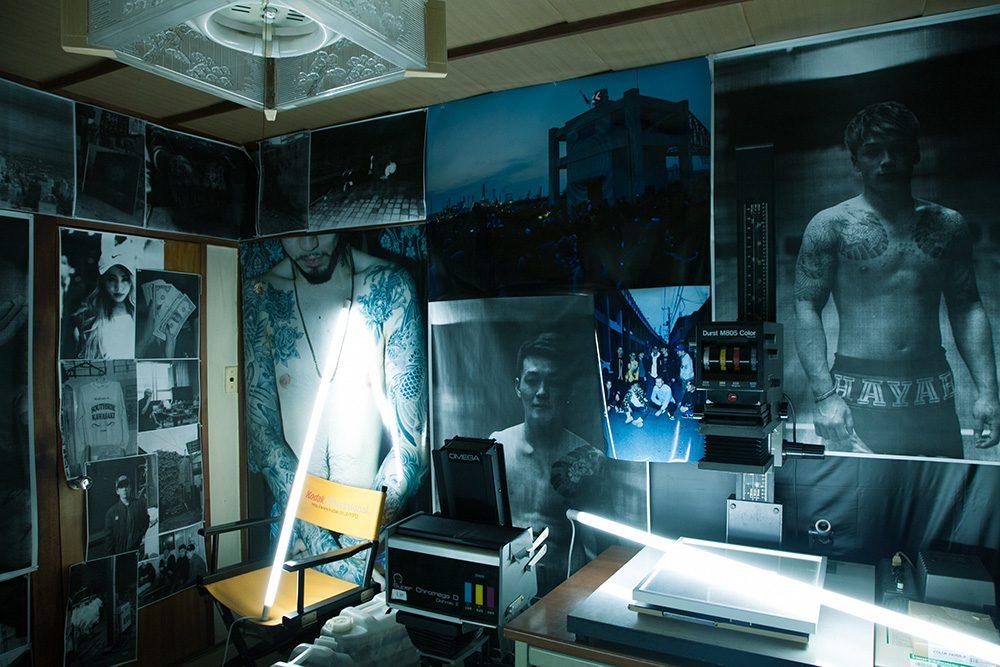 細倉の暗室で行なわれた「写真展 川崎」展示風景 撮影:細倉真弓