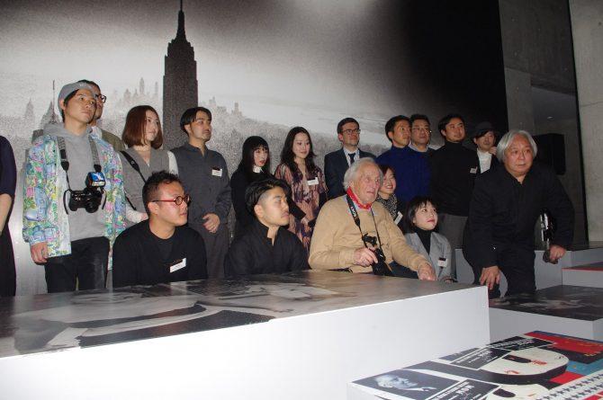プレスプレビューでウィリアム・クラインを囲む参加作家と展示に関わる関係者