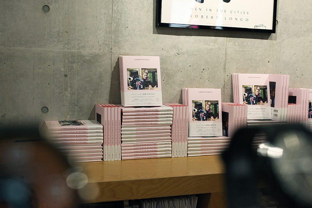 サイン会場のBOOKMARCに並べられた、メモリアルブック。柔らかいピンクの表紙が、いかにもソフィア・コッポラらしい。
