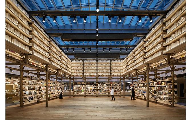 日本建築のやぐらをモチーフにした高さ6mの書棚に囲まれた文化発信拠点