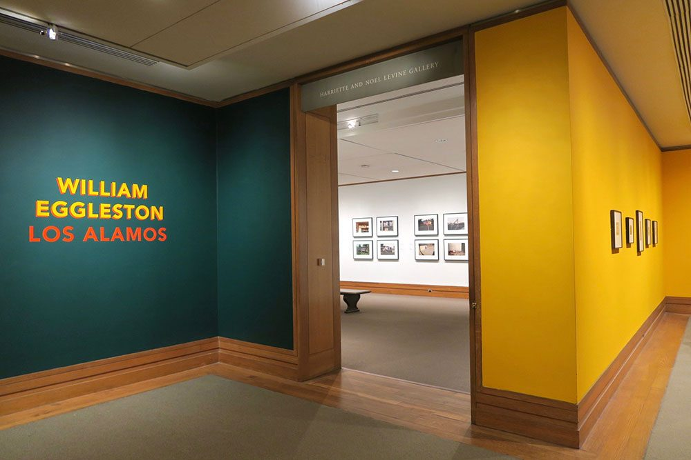 展示会場の中と外。外の黄色い壁の部分にモノクロ作品が展示されている。