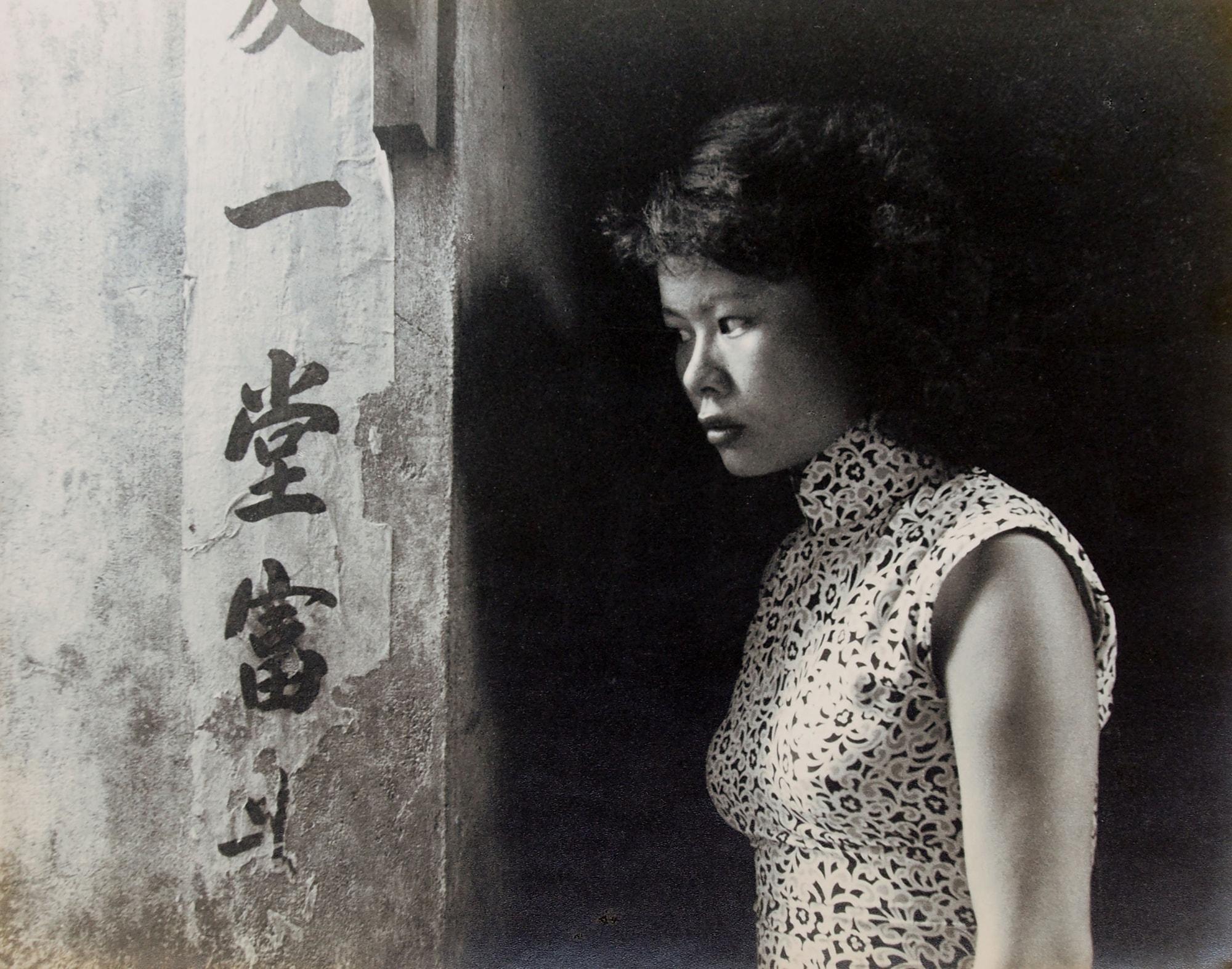 台北のギャラリーが台湾と日本の巨匠の展示を開催 | Teng NanKuang, A Girl of Back Alley, 1960's, gelatin silver print 30 x 37.8 cm signed and titled in Chinese and English on verso