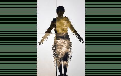 《電気服にちなんで Ap2、 黄色》2002年  黄色で調色されたゼラチン・シルバー・プリント  東京都写真美術館蔵