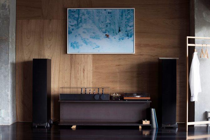 自宅のリビングルームに飾られたライアン・マッギンレーの作品
