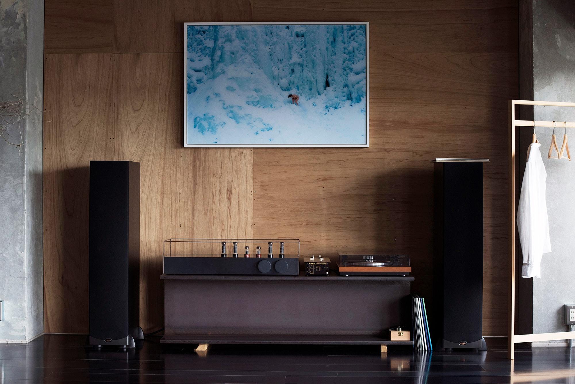 わたしの一枚 vol.1 谷尻誠 | 自宅のリビングルームに飾られたライアン・マッギンレーの作品