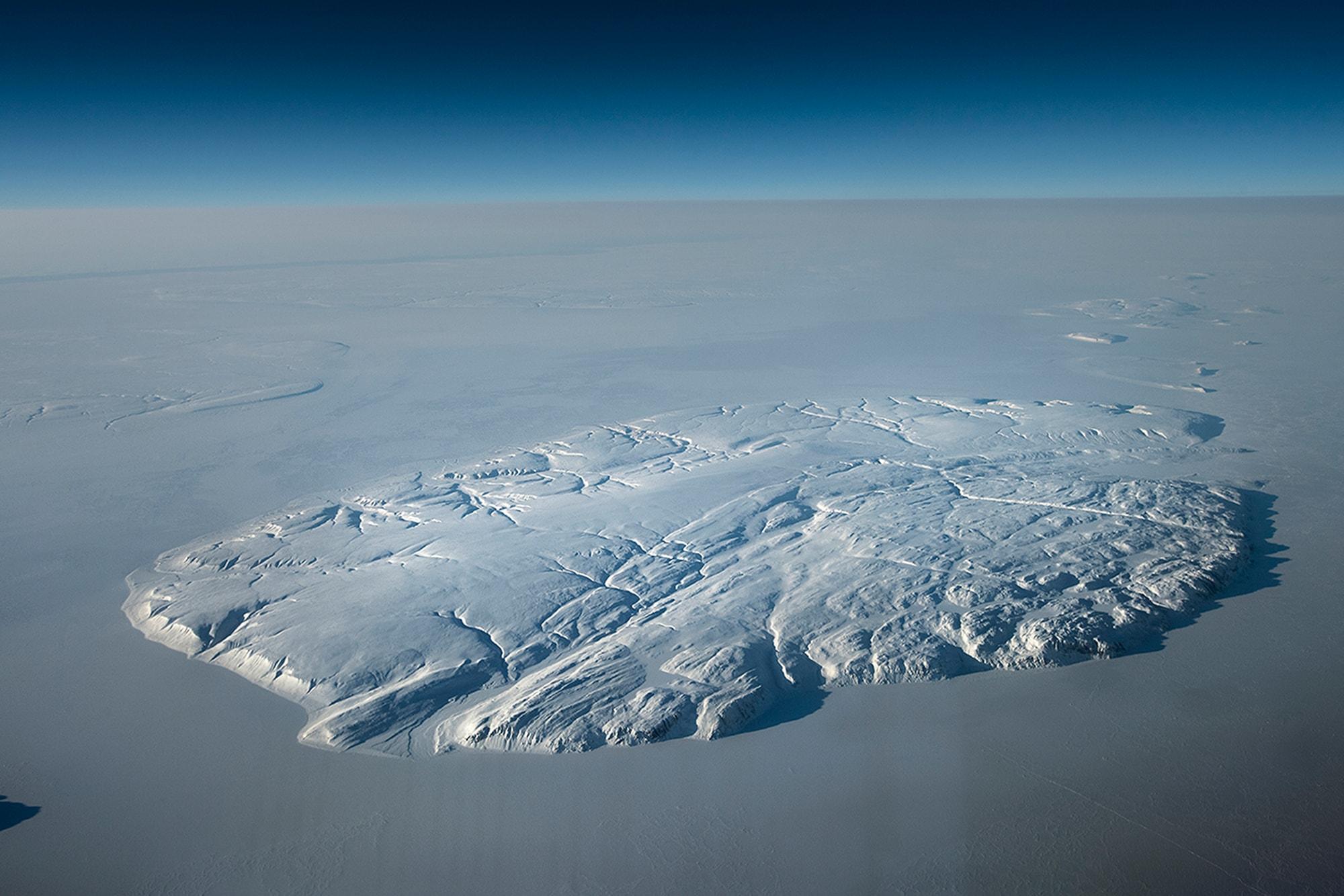フォトジャーナリズムの最前線を行くアワード受賞者の作品を公開 | Island in the Arctic sea near Qausuittuq (Resolute Bay) Canada, March 2018. © Kadir van Lohuizen / NOOR for Fondation Carmignac