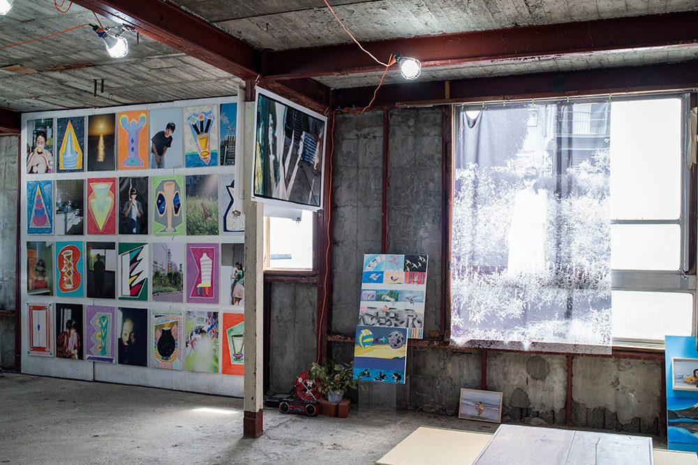 写真左が小橋の壷の絵を、川島の写真と組み合わせた展示インスタレーション。
