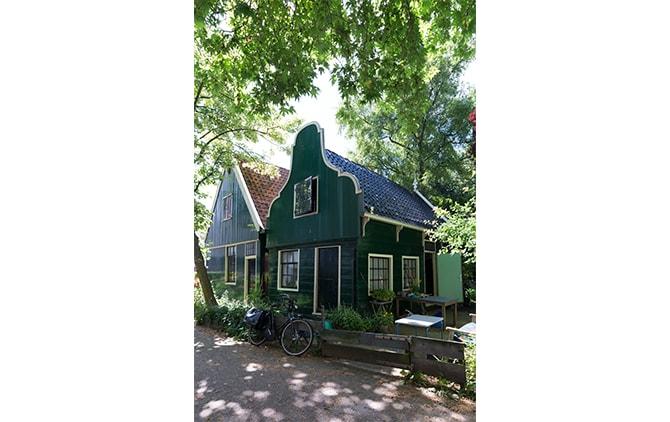1600年代に建てられた、隣り合わせの小さな家を2軒借りているビーク。手前をスタジオ、奥を自宅として利用している