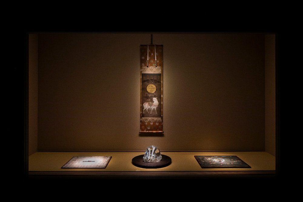 章が切り替わるポイントに古美術とハイジュエリーが共に展示される。長い時間を経てきたことが共通するのか、違和感はない。