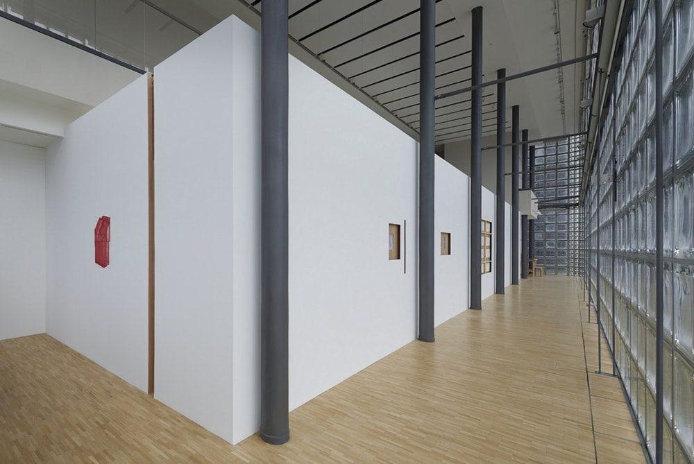 展示風景。壁で仕切った部屋を配置し、光をコントロールした作品を展示する。