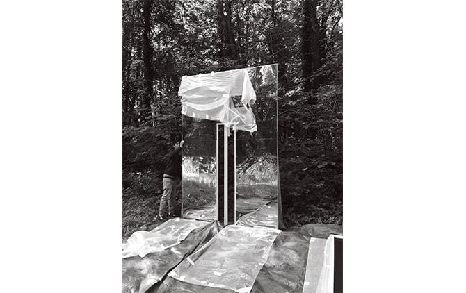 タイのジャングルの中で鏡を使った インスタレーションを設置する様子 Photo: Cécile Nédélec