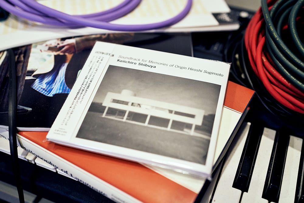 2012年リリースのCD「ATAK018」。ピアノソロからピアノの多重録音まで縦横に行き来する全16曲を収録。杉本博司のドキュメンタリー映画のサウンドトラックでありながら、ピアノの可能性を追求した渋谷慶一郎のソロアルバムともいえる