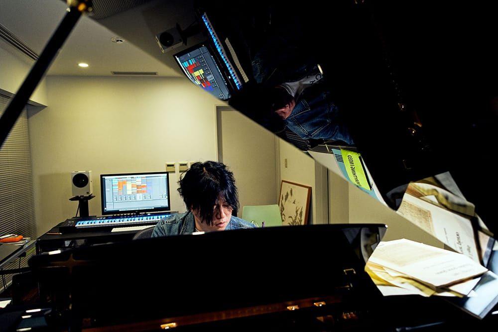渋谷慶一郎が主宰する音楽レーベル「ATAK」のスタジオにて