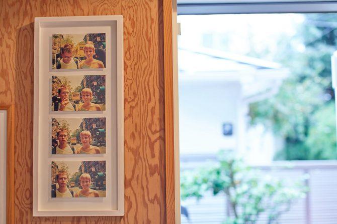 自宅の玄関に飾られているラリー・クラークの写真。4枚組で額装されている。