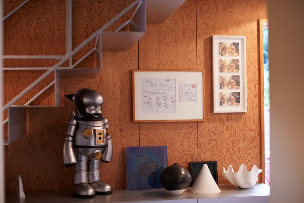 ラリー・クラークの写真の隣には、チャールズ&レイ・イームズが親交のあったアレキサンダー・ジラード一家に宛てた直筆の手紙が額装されている。インテリアショップで見つけたものだとか。左のロボットは現代美術家、ヤノベケンジの作品「トラやん」。三角錐の白磁は陶芸家、黒田泰三の作品