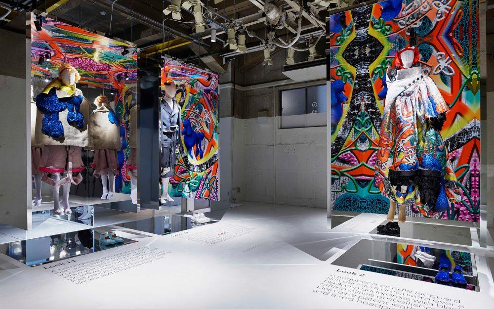 2019年春夏「アーティザナル」Co-edコレクション。鏡に映し出されたルックが過剰な刺激や混沌とした感覚へと導く。「デジタル・デカダンス」を物語るクラインブルーのプードルを配したプリントが印象的。