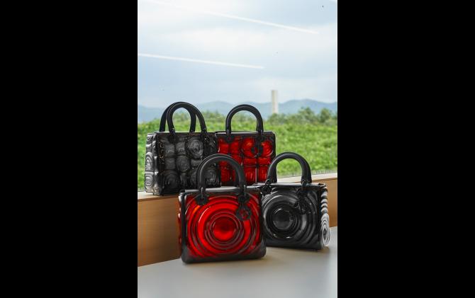 名和晃平がバッグ「レディ ディオール」を「バイオマトリックス」仕様にリデザイン