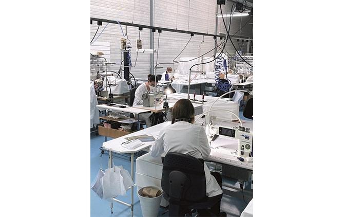 ベビー ディオールのアトリエでマスクをボランティアで生産するスタッフたち © Dior