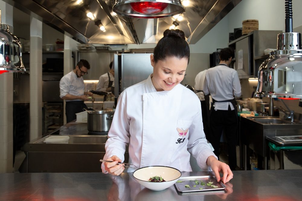 「グッチ オステリア ダ マッシモ ボットゥーラ」総料理長のカリメ・ロペス。ミシュランスター保持者でもある。同レストランはフィレンツェ・メルカンツィア宮殿にあるグッチガーデン内に位置。Photo by Vanessa Vettorello