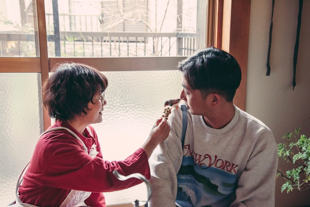 2階で飼っている「だんご」は、錦華鳥ではめずらしく人になついている。この日も、川島の頭の上に乗ったりと元気いっぱい。