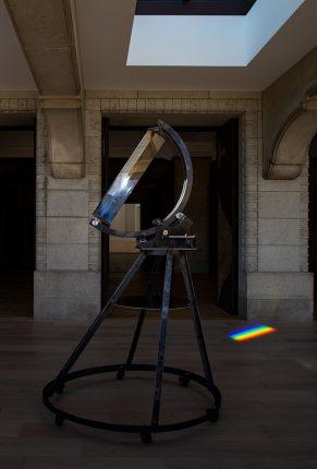 京都市京セラ美術館「杉本博司 瑠璃の浄土」《アイザック・ニュートン式スペクトル観測装置》展示風景