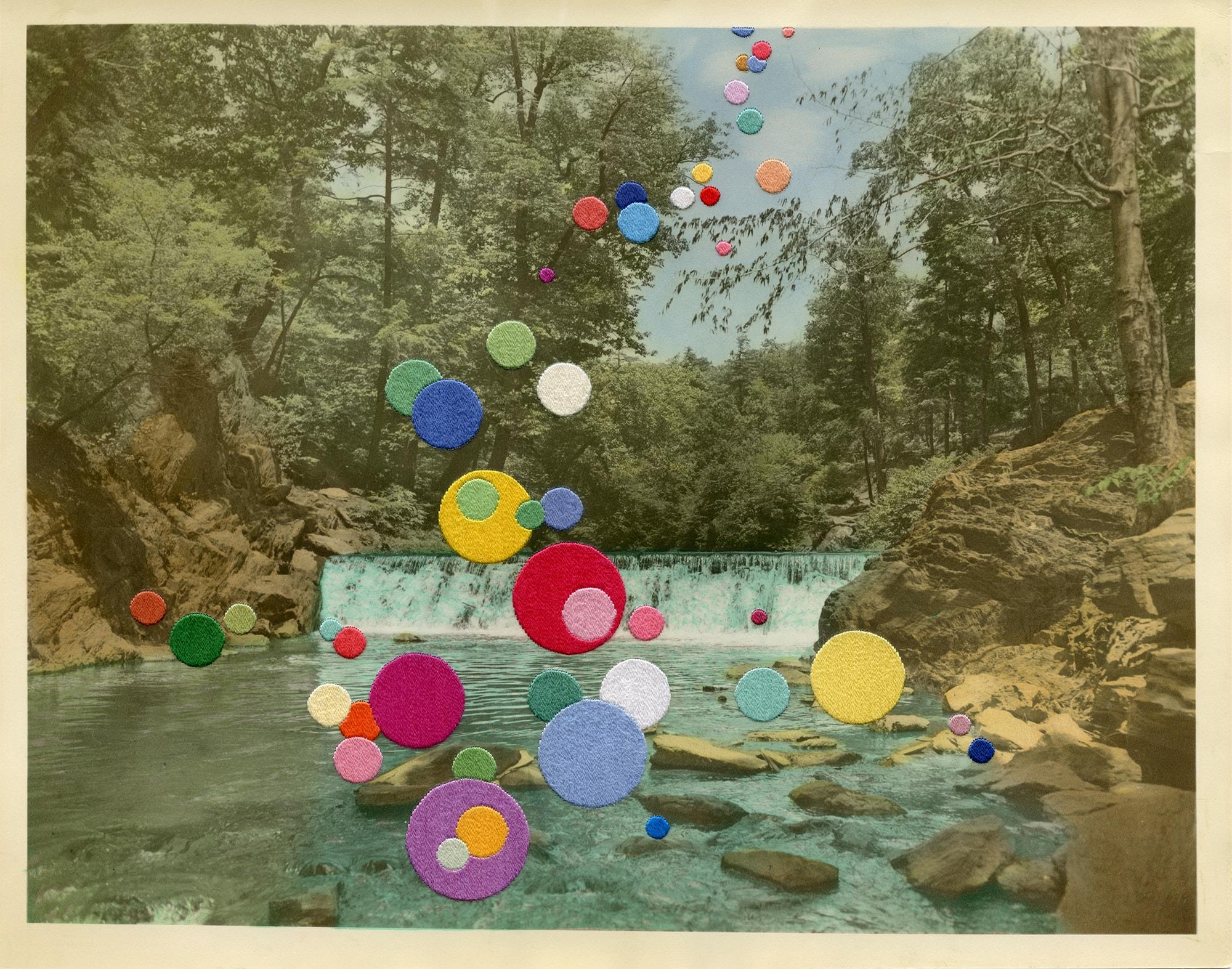 ジュリー・コックバーン「色鮮やかなグラフィックを生み出す、ファウンドフォトとの対話」 | Glade 2018 Hand embroidery on found photograph © Julie Cockburn, Courtesy of Hopstreet Gallery