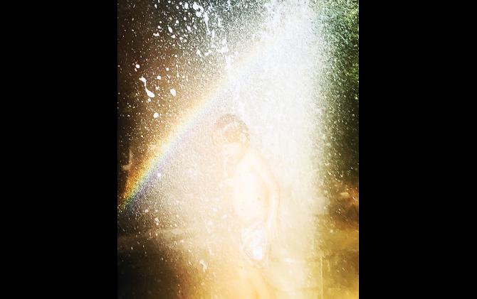 中村綾緒《光の中を進め 鳥が羽ばたくように 星が瞬くときも》2019年 © Nakamura Ayao