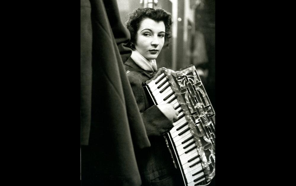 ロベール・ドアノー《流しのピエレット・ドリオン》パリ 1953年2月 © Atelier Robert Doisneau/Contact