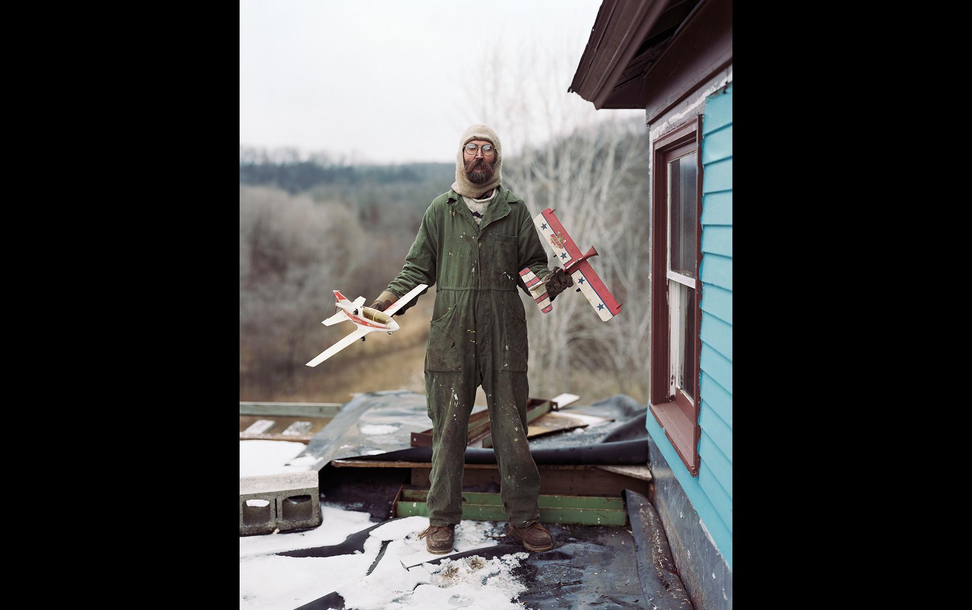 人と人をつなぐ写真が描き出す物語、アレック・ソスによる中国初個展「The Space Between Us」が開催中 | Charles, Vasa, Minnesota from Sleeping by the Mississippi, 2002 ©️ Alec Soth, courtesy Sean Kelly New York
