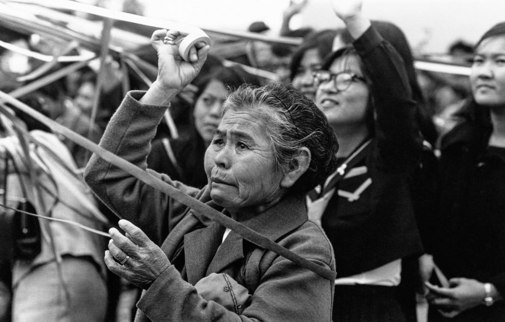 比嘉康雄《本土集団就職 那覇港》〈生まれ島・沖縄〉より 1970年 ゼラチン・シルバー・プリント 東京都写真美術館蔵
