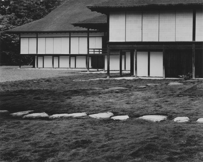 《桂離宮 中書院東の庭から中書院、楽器の間、新御殿を望む》ゼラチン・シルバー・プリント 1953,54年  ©️高知県,石元泰博フォトセンター 高知県立美術館蔵