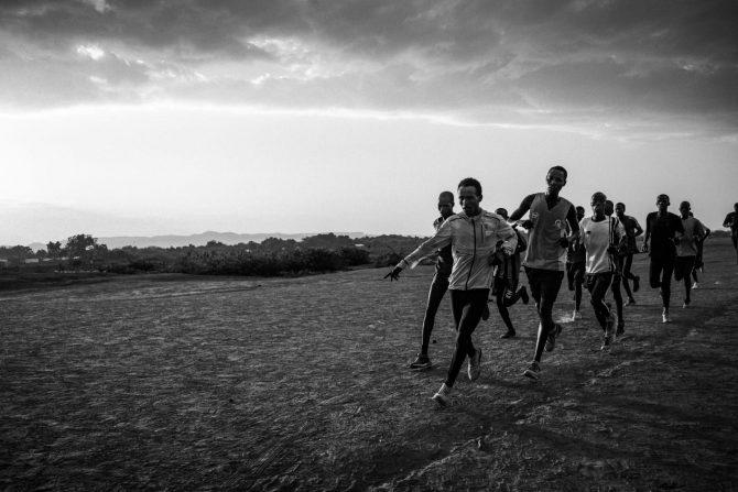 ケニアにあるカクマ難民キャンプで陸上長距離の練習に励む難民たち © 渋谷敦志