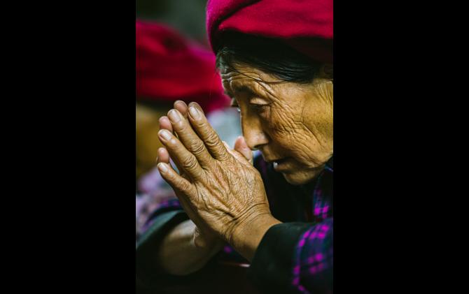 チベット、十字架に祈る
