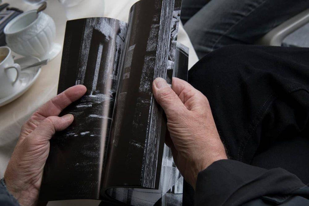 クーデルカは、森山大道個人写真誌『記録』の最新号を熱心に見ていた。
