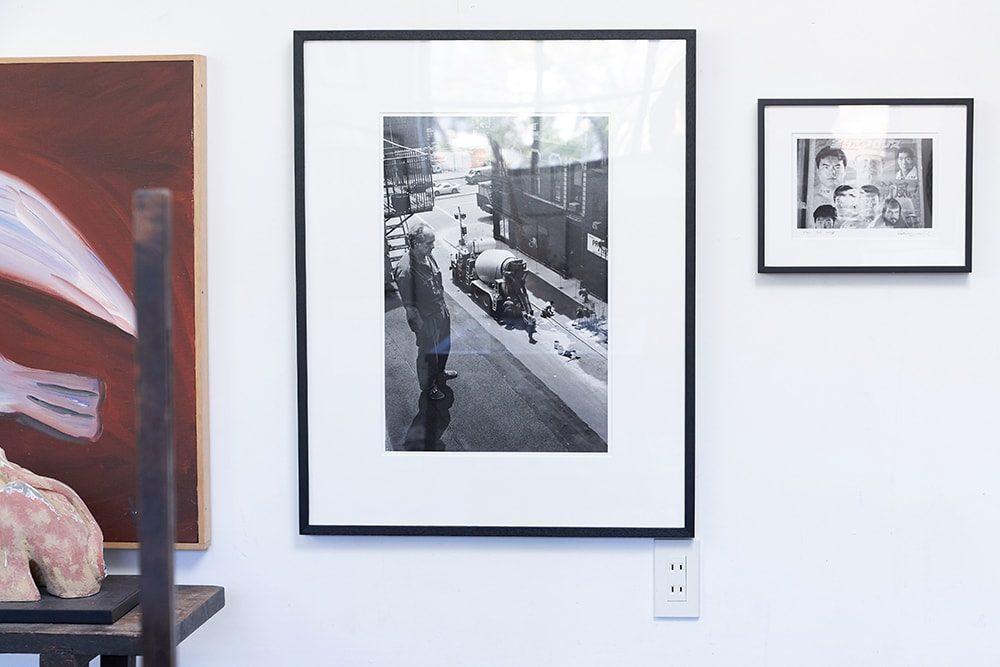 操上和美がニューヨークでロバート・フランクを撮影した1枚「Robert Frank_NewYork」(1992年)を並べて飾っている。Courtesy of Taka Ishii gallery