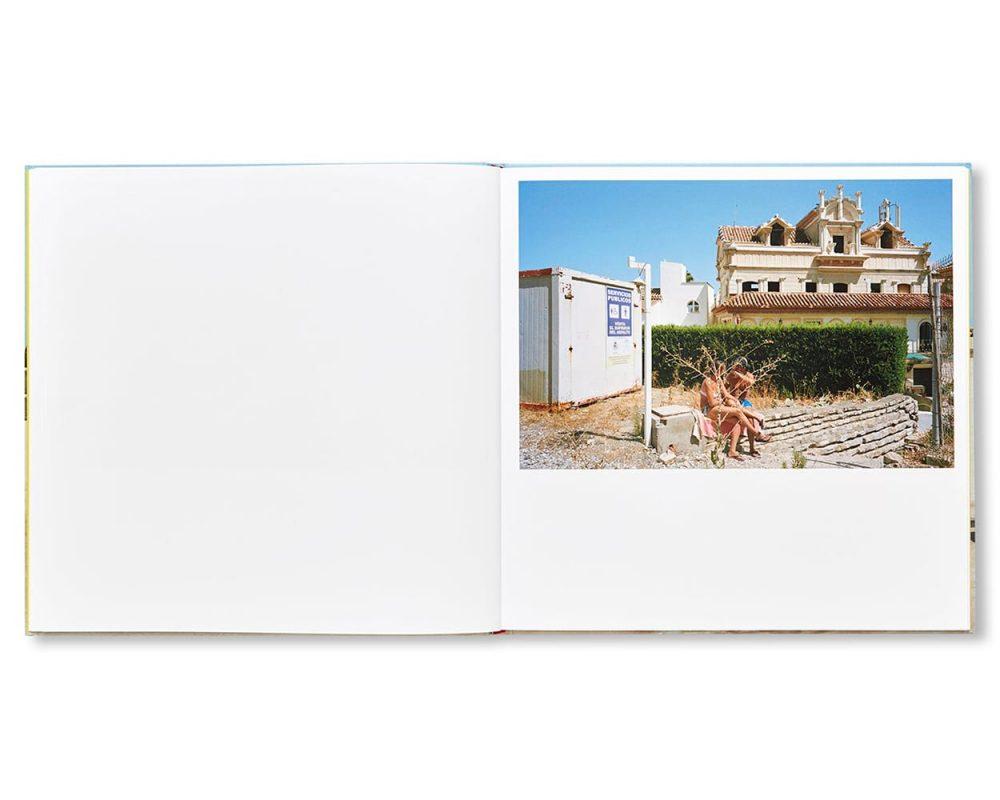 シュールで風刺的なスペインのバカンス、チェマ・サルバンス写真集『PERFECT DAY』