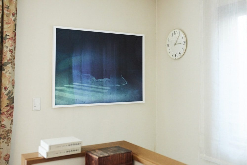 地下の書斎へ降りる階段の壁面にも横田作品が飾られている