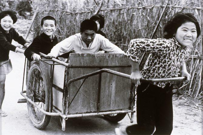 山田實《元気な子供たち・豊見城村》 1962年
