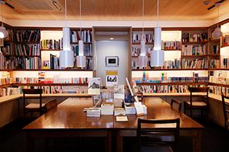 1F 自家焙煎珈琲を提供するブックカフェ
