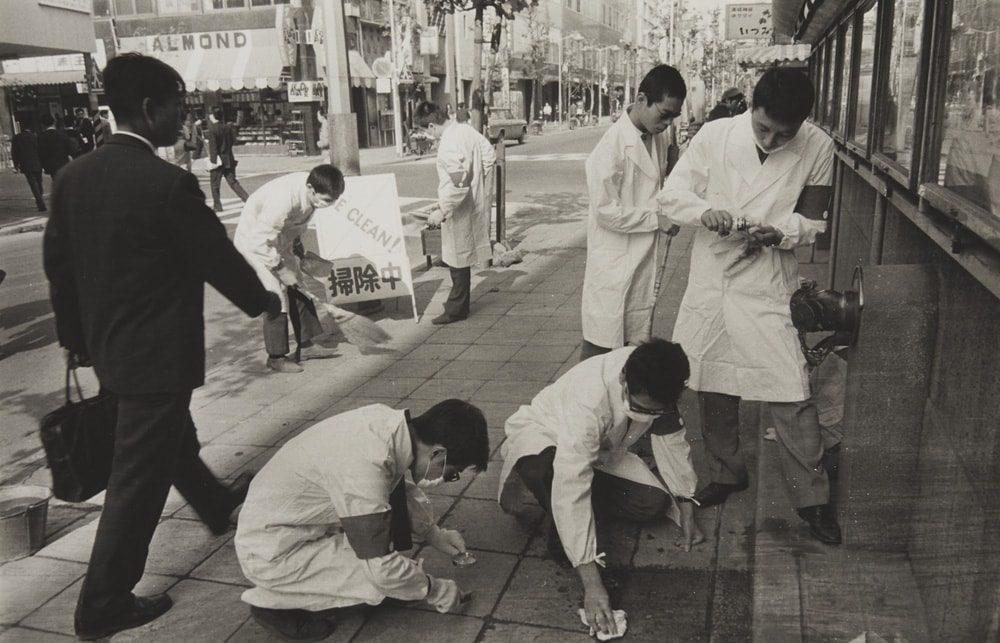 平田実 「BE CLEAN! 首都圏清掃整理促進運動 ハイレッド・センター」、1964年 ゼラチン・シルバー・プリント 16.2 x 24.5 cm © HM Archive Courtesy of Taka Ishii Gallery Photography / Film