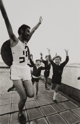 平田実 「ポップハップのグリコおじさん 秋山祐徳太子」、1967年 ゼラチン・シルバー・プリント 24.6 x 16.4 cm © HM Archive Courtesy of Taka Ishii Gallery Photography / Film