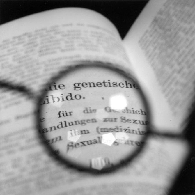 米田知子「フロイトの眼鏡 ̶ ユングのテキストを見る II」1998, Copyright the artist, Courtesy of ShugoArts